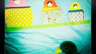 . … dort mon petit, dort ! matriochka, d'après une idée du livre (très beau) Les doux hivers de Tilda. C'est loin d'être parfait, particulièrement, le faux passepoil (un biais) […]