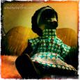 une nouvelle robe pour la poupée africaine de petite fille de ma mère, réalisée dans un tissu Petit Pan.